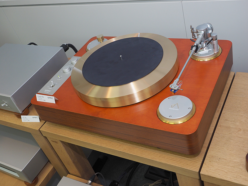 スペックブースの中でも存在感を放つ160万円のアナログプレーヤー「GMP-70」の試聴デモも行なっている