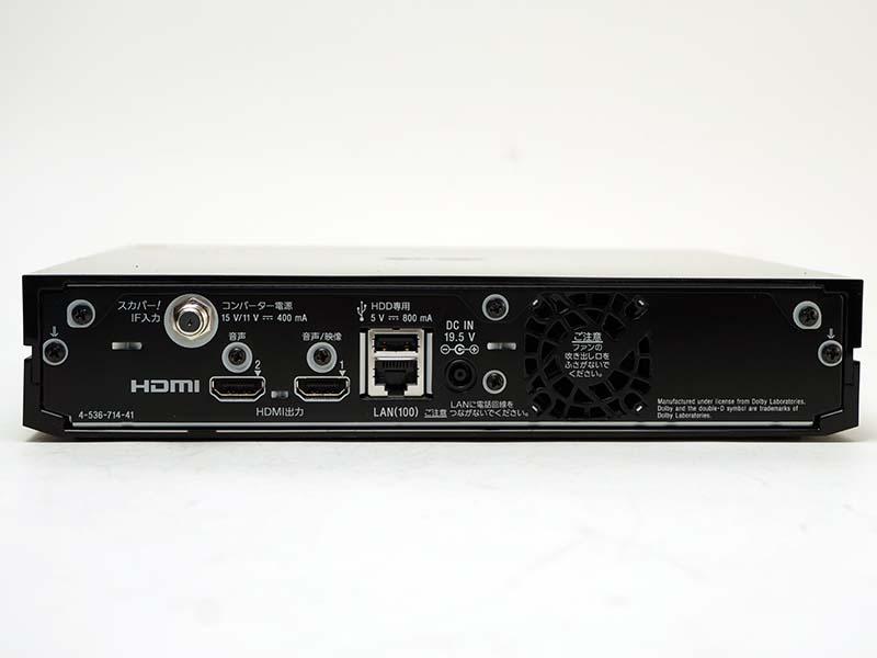 FMP-X7の背面写真。スカパー! 用のアンテナ端子のほか、2系統のHDMI出力、HDD用のUSB端子、LAN端子、ACアダプタ用電源端子がある