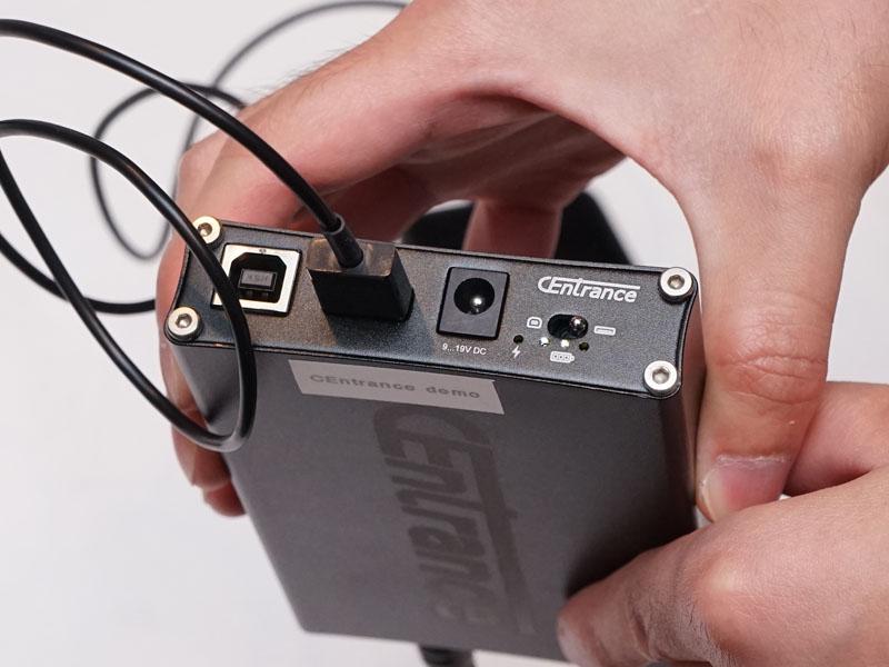 背面にPC、iOS用USB入力