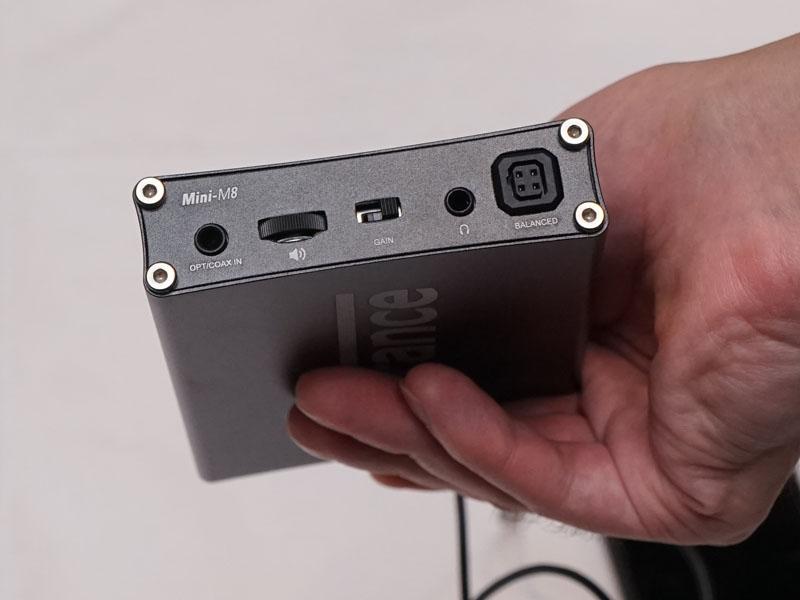 前面には光/同軸デジタル入力、ステレオミニのヘッドフォン出力、4ピンバランス出力を装備