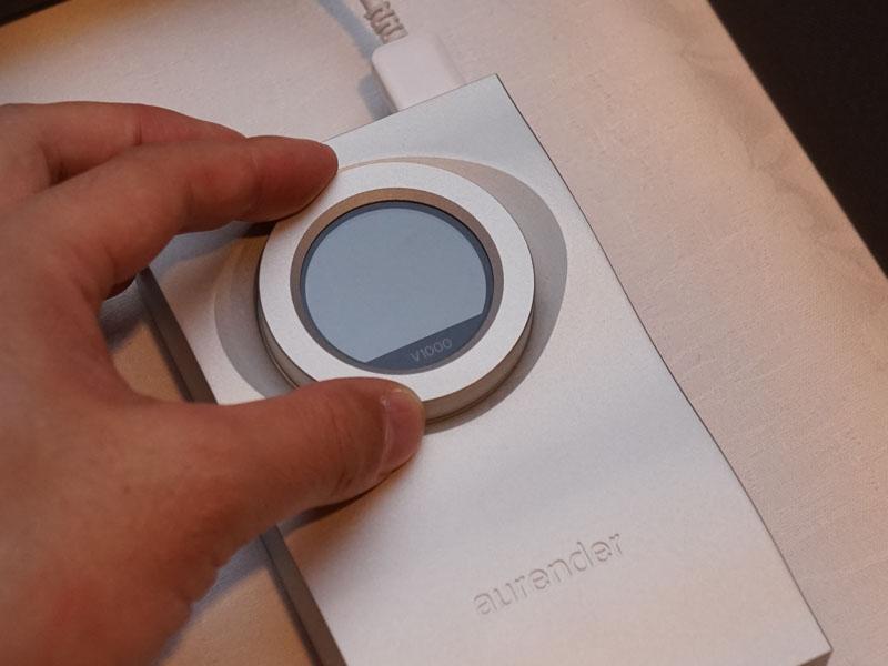 円形部分の中央がディスプレイ。円形パーツは回すとボリュームとして機能する。ボリュームは0.5dBステップ