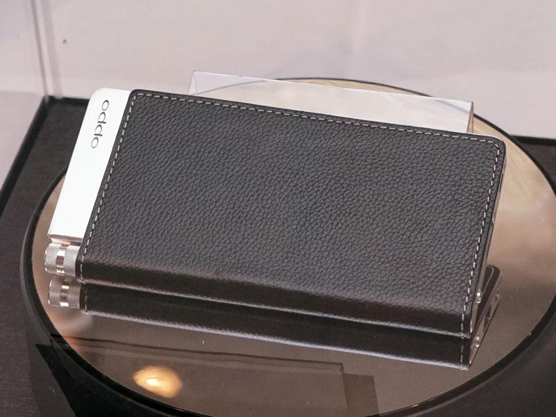 USB DAC内蔵ポータブルヘッドホンアンプ「HA-2」。非常に薄型だ