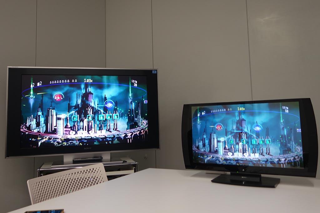 シューティングゲーム「RESOGUN」でシェアプレイをテスト。左が「ビジター」、右が「ローカル」だが、その差は写真ではよくわからない