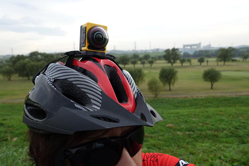 専用マウントを使って、ヘルメットに固定