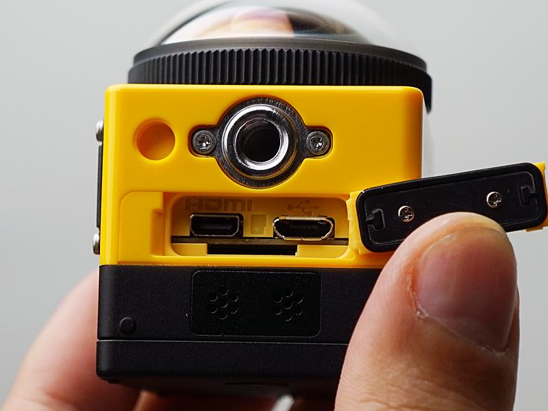 反対側に三脚穴、カバー内部にUSB、HDMI端子、SDカードスロット