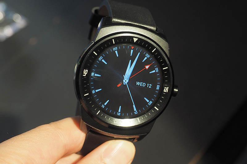 円形のプラスチック有機ELディスプレイ(P-OLED)を備えたAndroid Wear搭載スマートウォッチ「LG G Watch R」