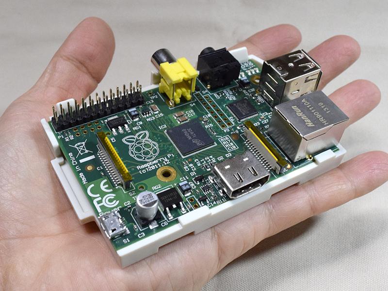 Raspberry Piの本体。まさに手のりコンピュータ