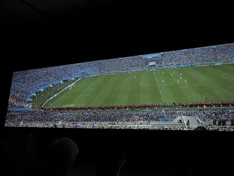 サッカーのフィールドを12Kで超ワイドの1画面で表示
