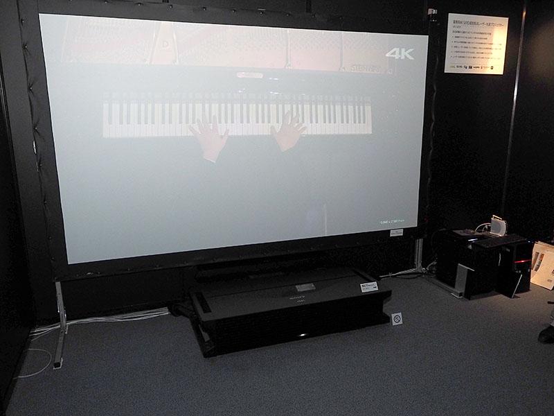 4K SXRD超短焦点レーザー光源プロジェクタ「VPL-GTZ1」の投写。本体は床に置いている