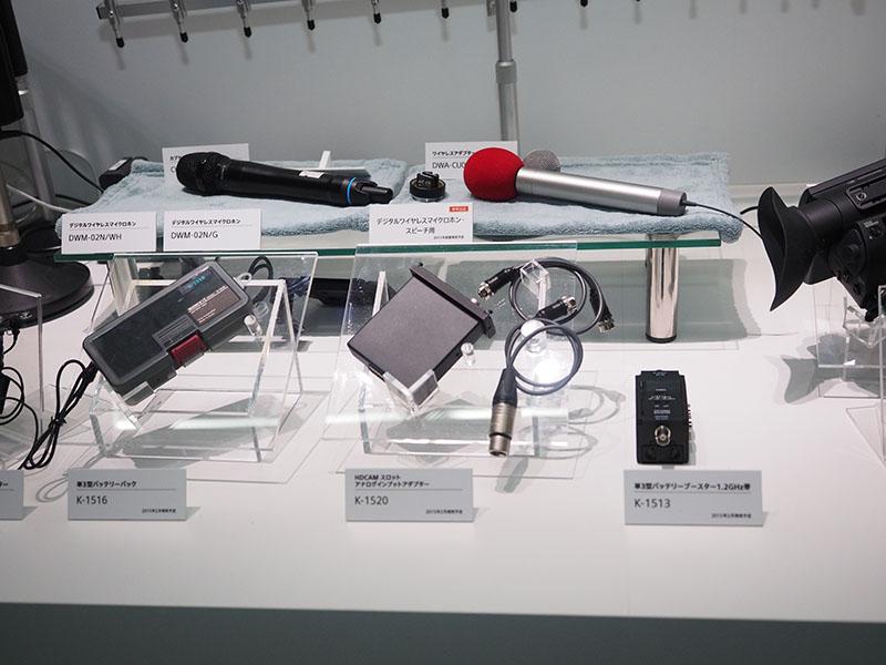 ワイヤレスマイクなども展示。デジタルワイヤレスマイクは、1.2GHz帯とテレビのホワイトスペース帯の両周波数をサポートする