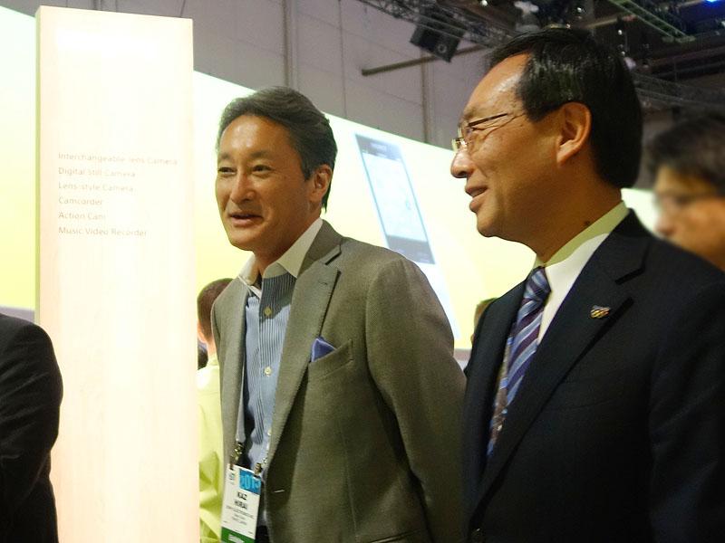 ラウンドテーブルの直前、ソニーブースを一緒に回る、平井社長(左)とパナソニック・津賀一宏社長(右)