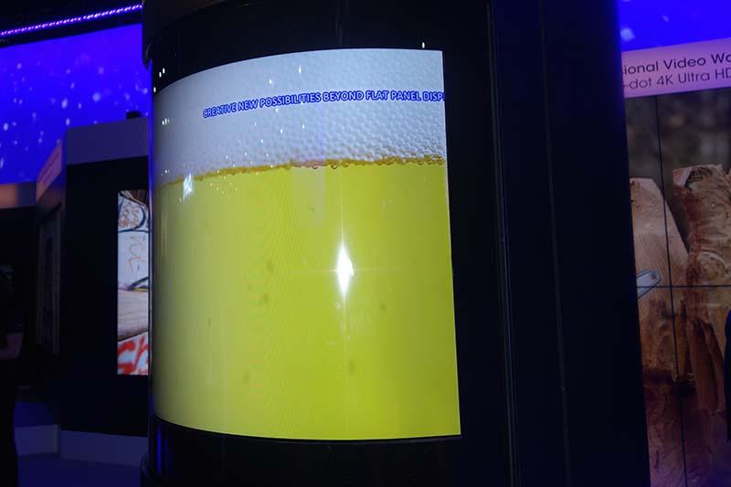 サイネージ向けに開発された「ラップアラウンド」液晶。半径50cmの柱に巻き付けられるほど曲がってもOK、であるところが特徴。