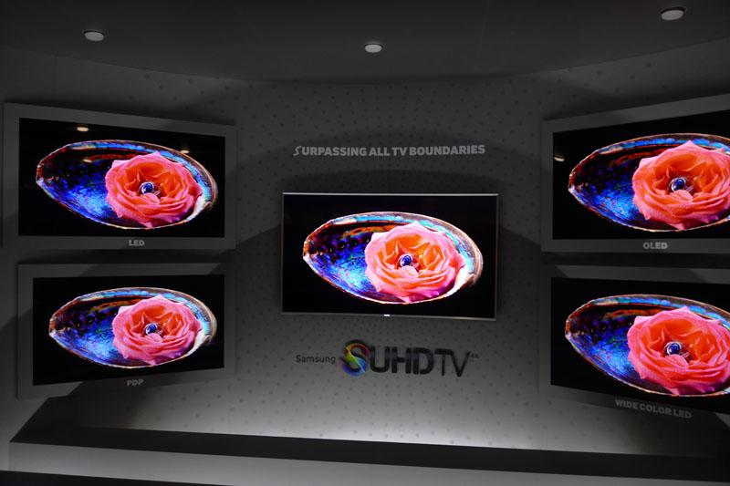 OLEDやPDPと比較し、S UHD TVの画質が優れていると訴求しているデモコーナー