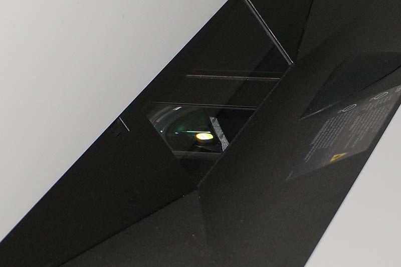 下からの投射光をミラーを反射させて壁に投写する