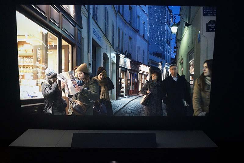 パリの町並みを投写。その場にいるようにな映像空間に