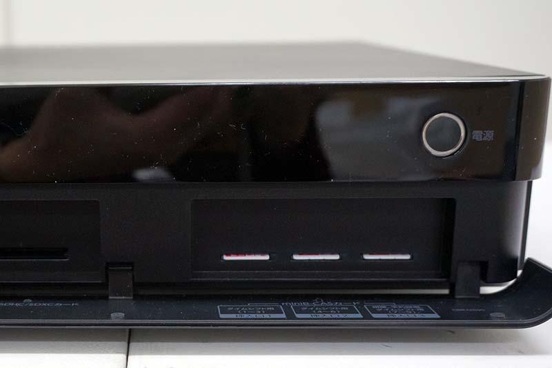 フロントパネルの右側にあるミニB-CASスロット。タイムシフトマシン用に2枚、タイムシフトマシン/通常録画用に1枚使用する