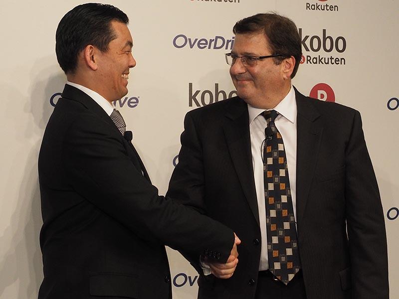 握手を交わす楽天 常務執行役員 相木孝仁氏と、OverDriveのSteve Potash社長兼CEO