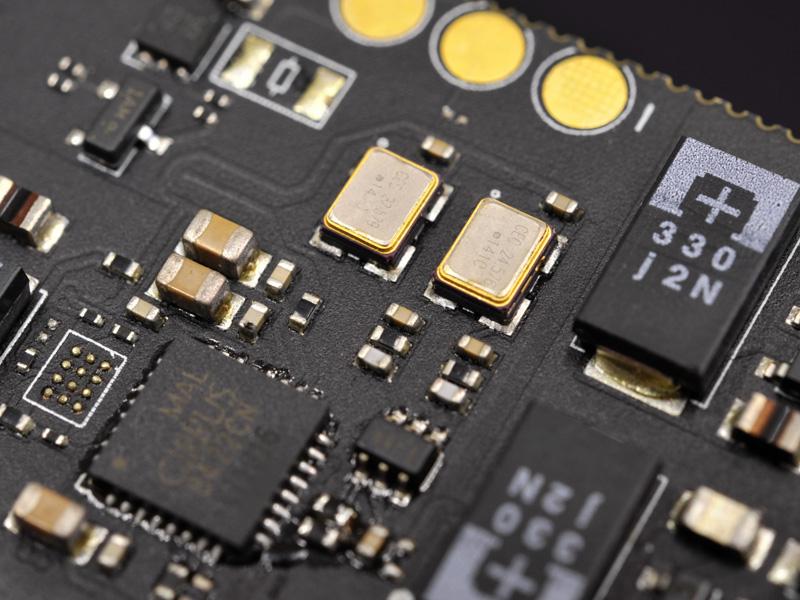TCXOは、44.1kHz系と48kHz系のそれぞれに、専用の発振子を搭載
