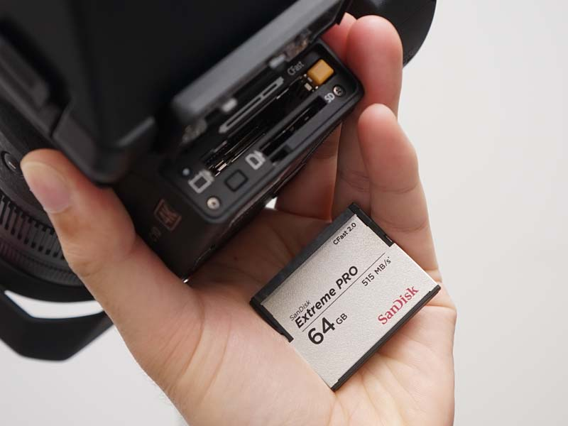 4K記録用にCFast 2.0カードを採用。フルHD記録用にSDカードスロットも備えている
