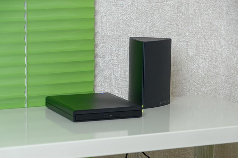部屋の片隅にNASと一緒に設置。これだけで音楽CDリッピングサーバーのようになるのがCDレコの面白さ
