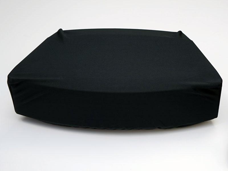本体をスッポリ覆う黒い布カバーが付属する
