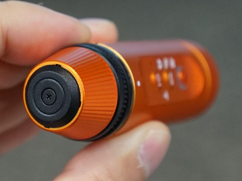 後部のねじ込み式キャップを外したところ。USB端子とmicroSDカードスロットが現れる