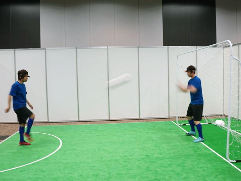 サッカーをしている人の頭部に装着。シュートを防ぐキーパーの目線映像が楽しめる。こちらに向かってハイスピードで飛んでくるサッカーボールの姿は、映像で見ているだけでも首をすくめたくなる迫力