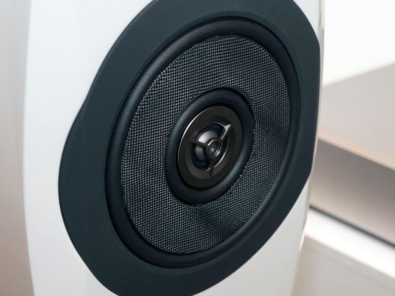 同軸2ウェイで100kHz対応のスピーカー「SB-C700」。音像定位に優れた「同軸平板2ウェイユニット」を採用している