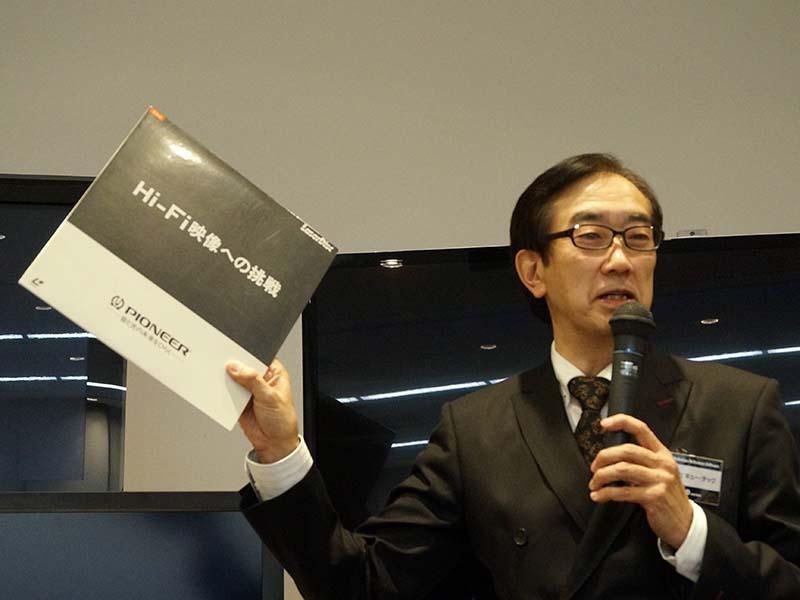 プロジェクトリーダの小池氏。LDのリファレンスディスクを手に取りながら歴史を説明