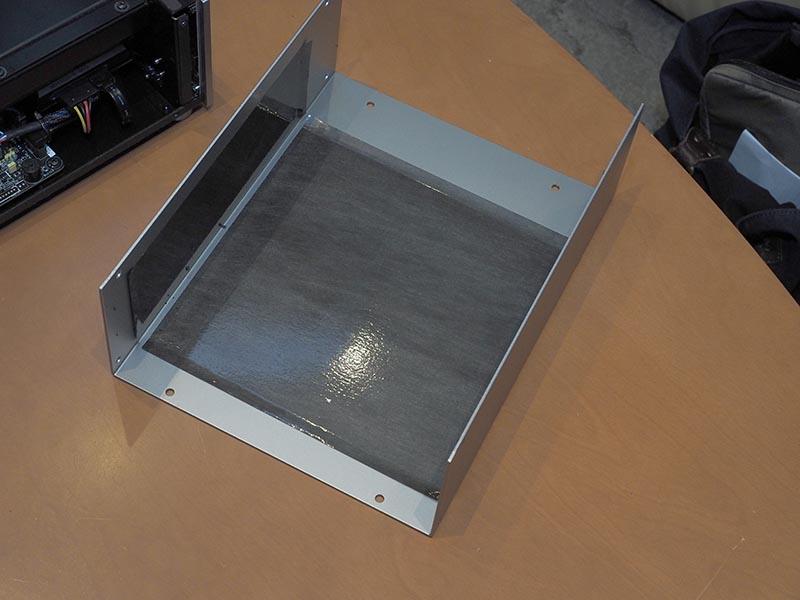 シャーシのカバーに非磁性体シート「パルシャットMU」を使用