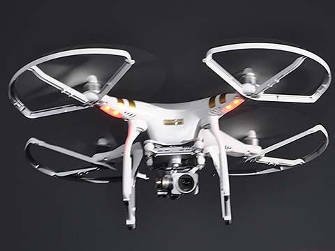 4月21日に発表された、4K撮影対応のモデル「Phantom 3 Professional」。5月中旬発売予定で、1年間の賠償責任補償制度もセットになっている