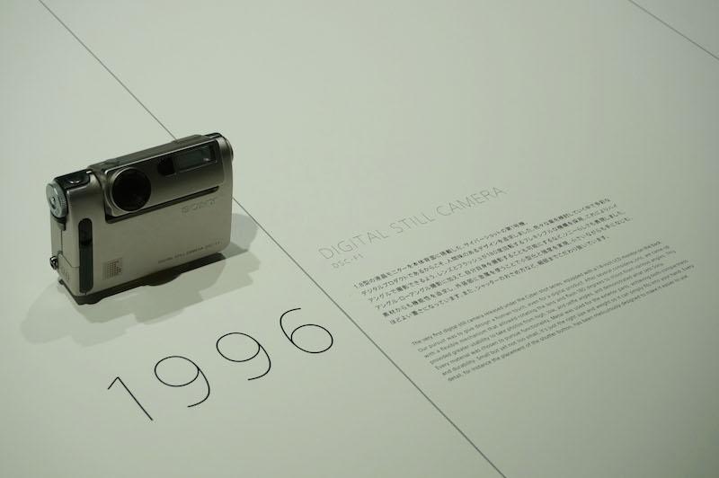 市川氏の発案で、什器の分かれ目の線をデザインとして取り込み、製品やキャプションの配置も書籍の中面のような工夫がされている