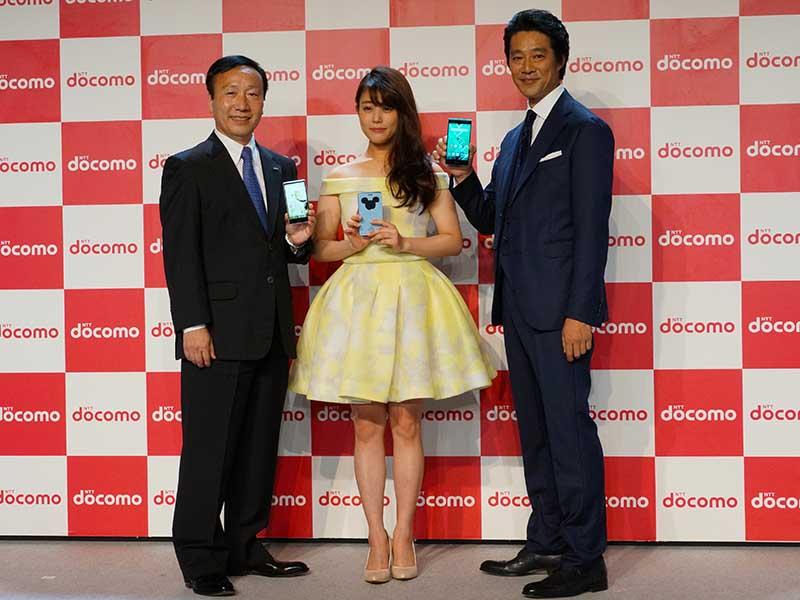左から、NTTドコモの加藤薫社長、CMキャラクターの高畑充希さん、堤真一さん