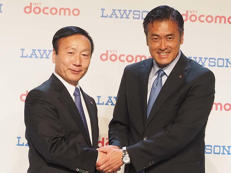 加藤社長と握手を交わすローソンの玉塚元一社長