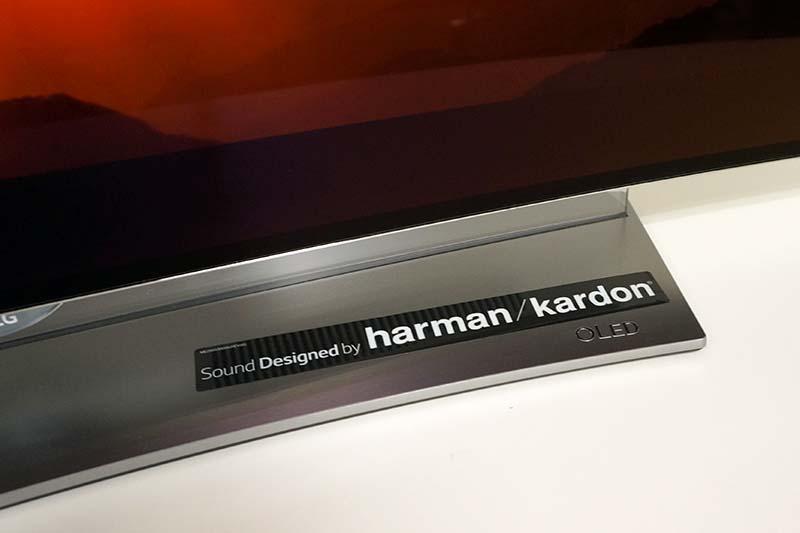 シルバーのスタンド部分には、OLED(Organic Light Emitting Diode:有機EL)の刻印と、「Sound Design by Harman/Kardon」のシールが貼られている