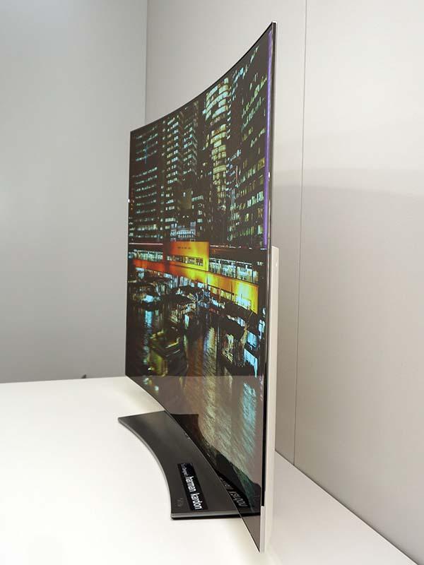 斜め横から見てみると、湾曲した画面がよくわかる。他の4Kテレビと比べても、独特のフォルムになっている