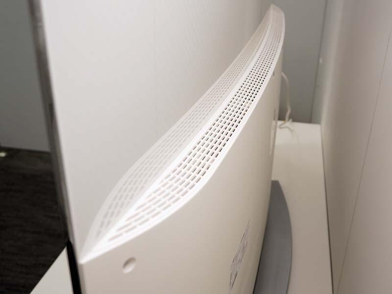 入出力端子などがあるディスプレイの下部。出っ張った部分の上部は放熱のための開口部となっている