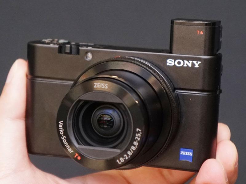 1型のCMOSセンサーを搭載した「DSC-RX100M4」(RX100 IV)