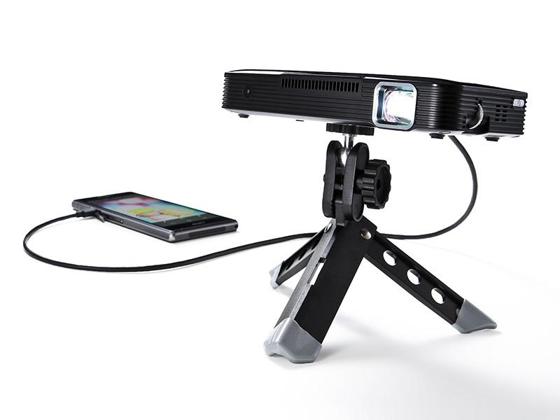 付属ケーブルでスマートフォンなどと接続して使用可能
