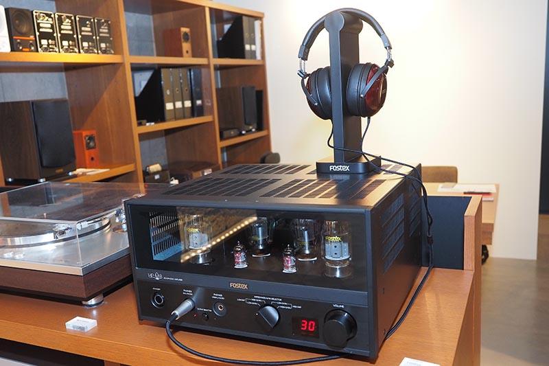 同社ヘッドフォン「TH900」(上)との組み合わせ