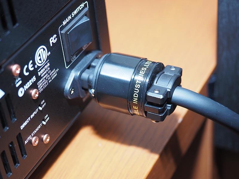 フルテック製の電源インレットを採用