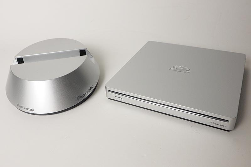 左がワイヤレスドック「APS-WF01J」、右がBDドライブ「BDR-XS06J」