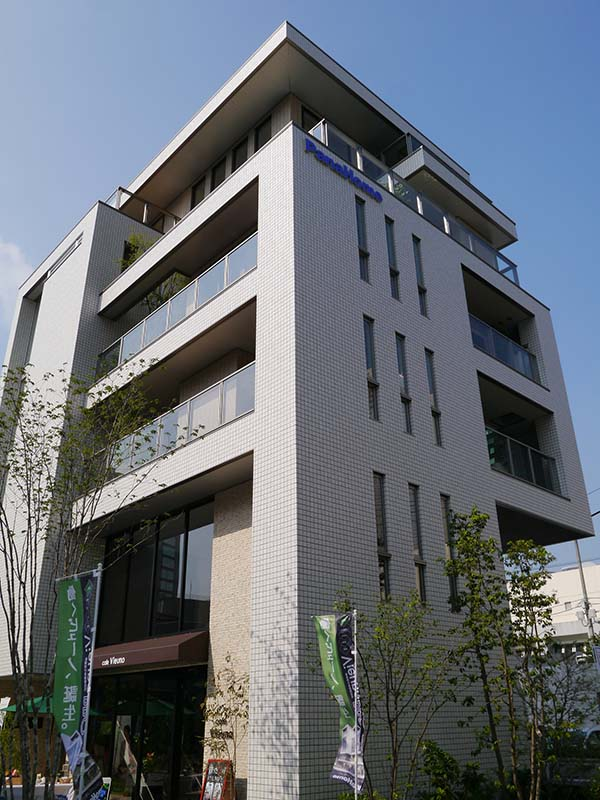 東京・西新宿の「Vieuno Plaza新宿」。6階建ての店舗・事務所併用住宅「Vieuno Pro(ビューノ・プロ)」を公開している