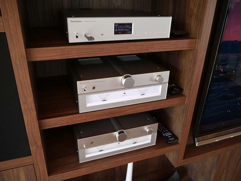 C700シリーズのデジタルアンプ、ネットワークプレーヤー、CDプレーヤーを収納