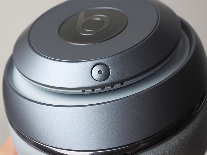 丸い小さなボタンが電源。その下のLEDランプが、5段階でバッテリ残量を表示する