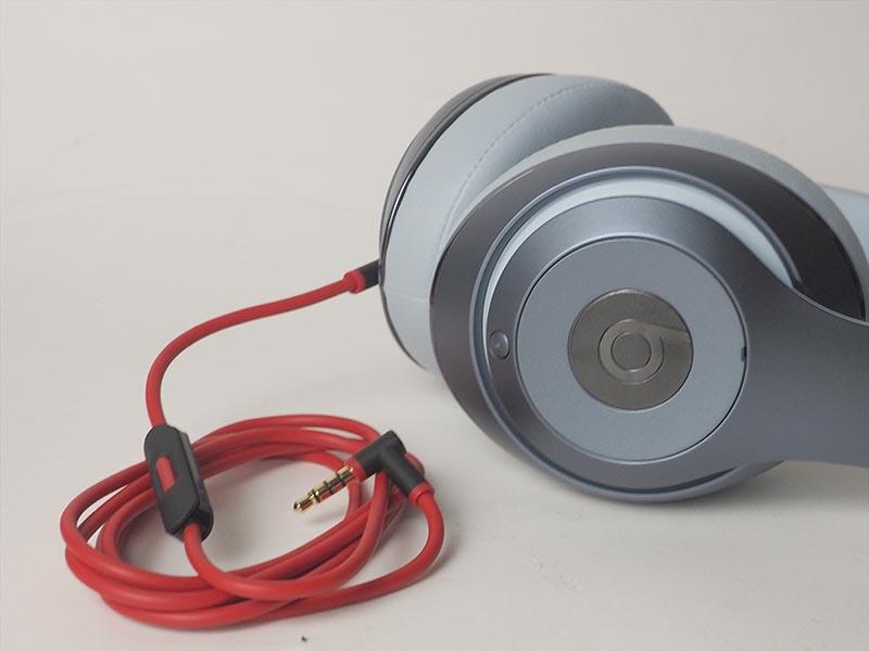 リモコンマイク付きの「RemoteTalk」ケーブルはレッドとブラックのカラーリング