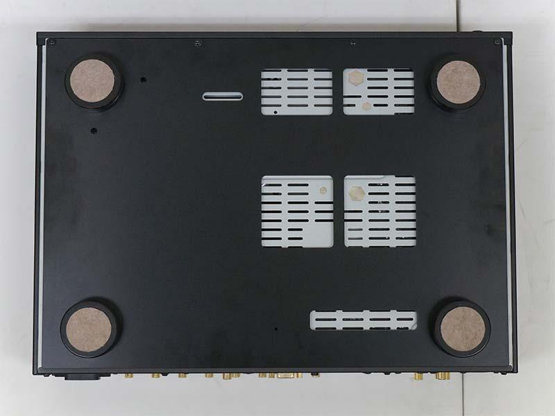 シャーシ下には3mm厚アルミボトムプレートやTAOC製の鋳鉄インシュレータを採用