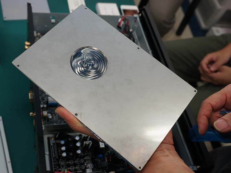 ディスクローダー天板に3mm厚の非磁性体ステンレスを採用