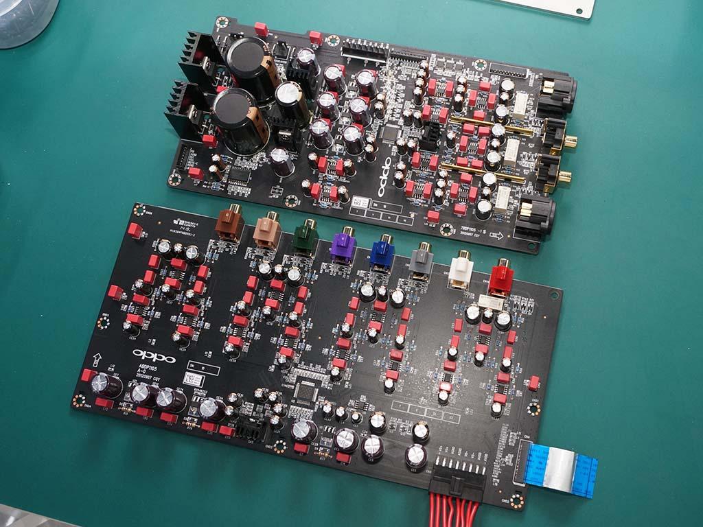 2ch出力基板(上)と、7.1チャンネルアナログ出力専用機版(下)