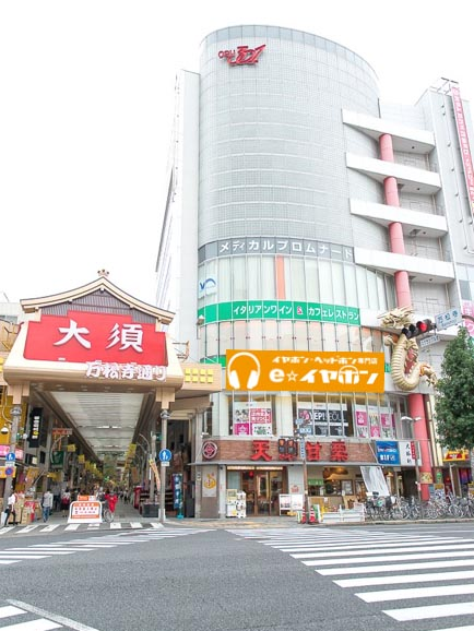 「e☆イヤホン名古屋大須店」を、写真右側のビル2Fにオープン予定
